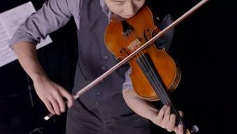 Beigeistert im Internet: Charles Yang uns sein super schnelles Geigenspiel.