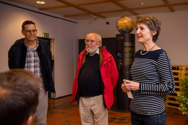 Die Physiker Didier Queloz (links) und Michel Mayor (rechts) begleiteten die Bundespräsidentin Simonetta Sommaruga und die übrigen Bundesräte auf der Sternwanderung.