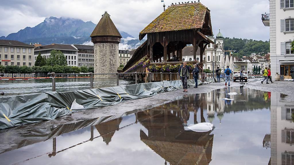 Der Vierwaldstättersee in Luzern schwappt über: Blick auf die Kapellbrücke.