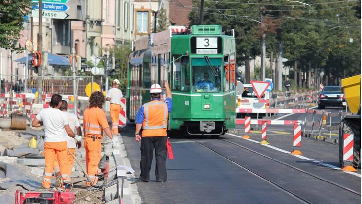 Teure Massnahme: Bis zu 75000 Franken kann der Einsatz spezieller Sicherheitswächter wie hier an der Burgfelderstrasse kosten.