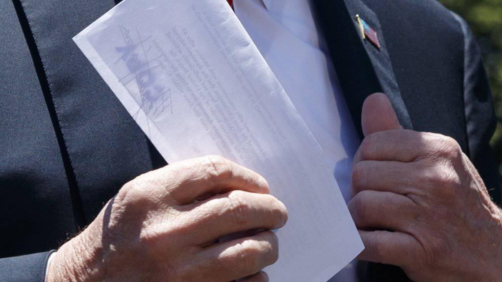 US-Präsident Donald Trump zeigte am Dienstag den zusammengefalteten Brief Journalisten vor seiner Abreise an einen Wahlkampfauftritt im US-Staat Iowa. (Archivbild)