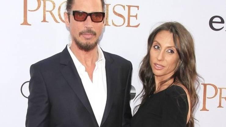 Im April schritten sie noch gemeinsam über den Roten Teppich: Nun muss sich Vicky Cornell (r.) von ihrem Ehemann, dem verstorbenen Audioslave- und Soundgarden-Frontmann Chris Cornell, verabschieden. (Archivbild)