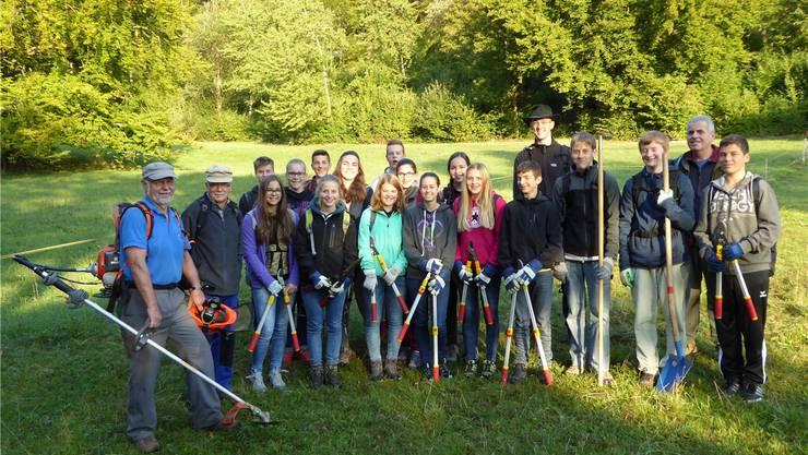 Die Klasse E3a aus Balsthal mit Helfern am frühen Morgen vor dem Einsatz in der Bärnen in Herbetswil.