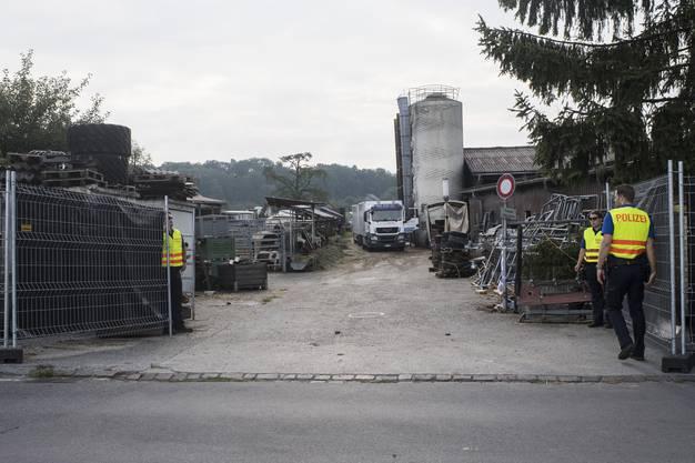 Die Polizei sichert die Tiere vom Hof von Ulrich K., der wegen der Quälerei von Pferden unter Verdacht steht.
