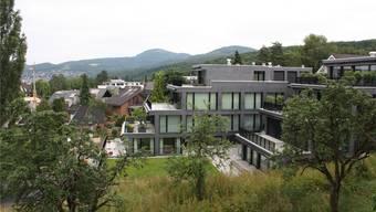 Immer mehr Schweizer sind Hauseigentümer (im Bild grosszügige Terrassen-Mehrfamilienhäuser in Pfeffingen).