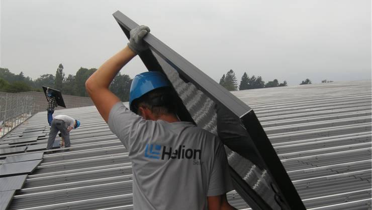 Die Monteure der Helion Solar AG haben alle Hände voll zu tun. Heute gilt dieFirma als Marktführerin im Bereich Photovoltaikanlagen. Archiv