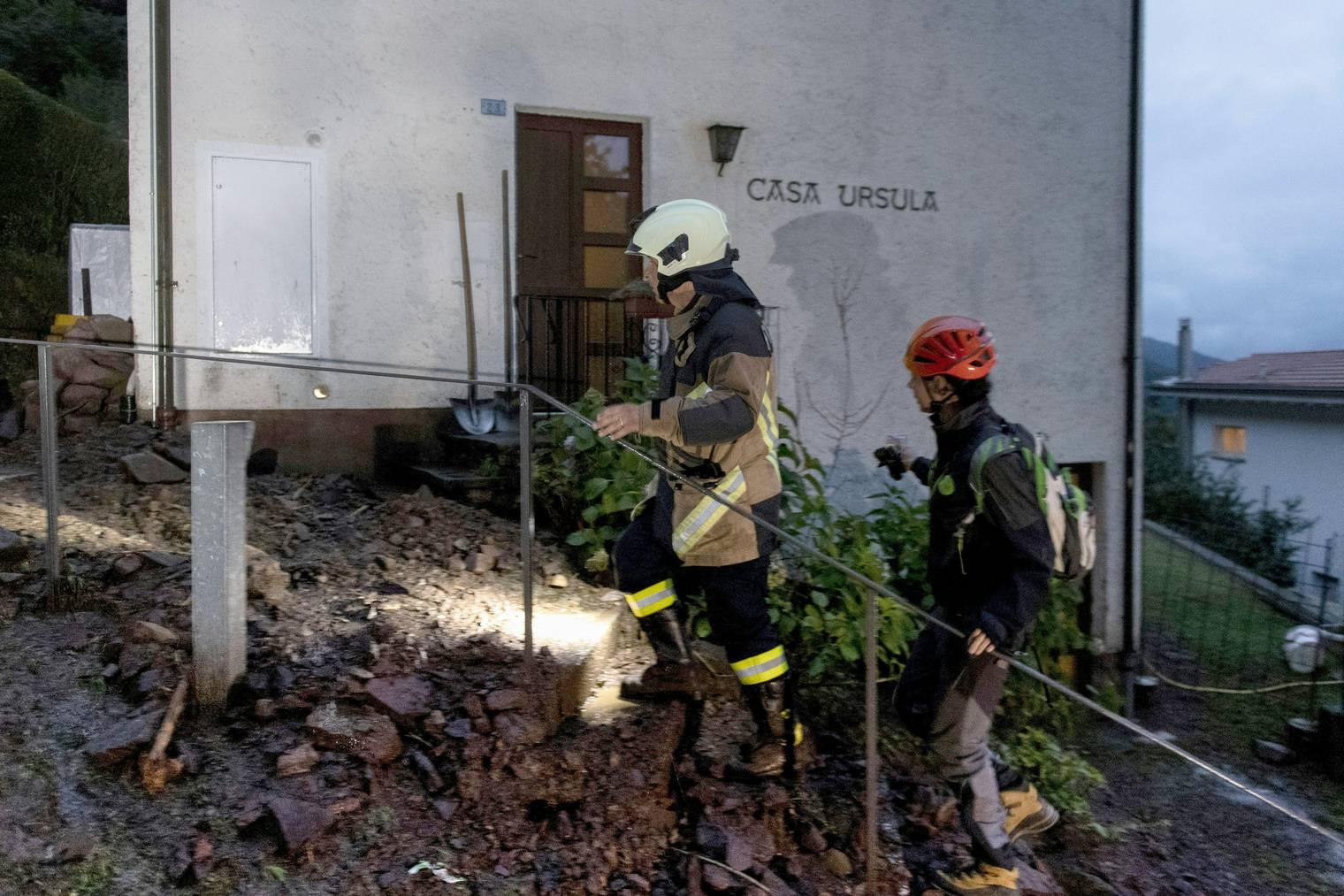 Feuerwehrleute im Einsatz nach einem Erdrutsch am Freitagabend in Bissone.