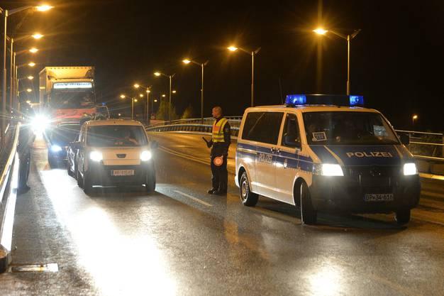 Deutsche Beamte kontrollieren die Grenze zwischen Österreich und Deutschland