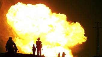 Flammen schiessen aus der explodierten Pipeline in Tunesien (Symbolbild)