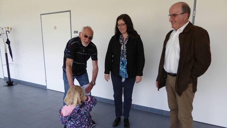 Die Bürgerbewegung übergibt die Petition an die Gemeindepräsidentin Jasmine Huber in Beisein eines Grosskinds der Initianten Willi Lindner (links) und Rudolf Mangold.