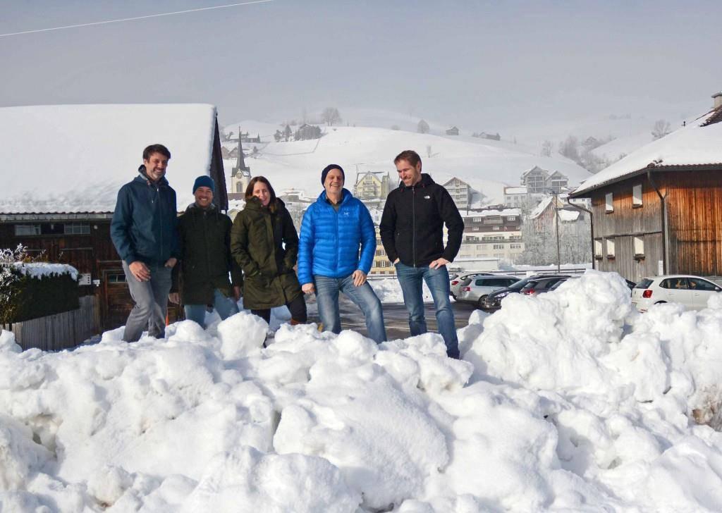 Andrea Mathis, dritte von links, und der Vorstand des Vereins mit Gemeindepräsident  -  Peter Kürsteiner, vierter von links, an dem Platz, wo der Pumptrack stehen soll (© PD)