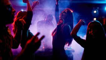 In Grenchen feierte eine junge Frau, obwohl sie wegen Corona noch nicht unter die Leute durfte. (Themenbild)