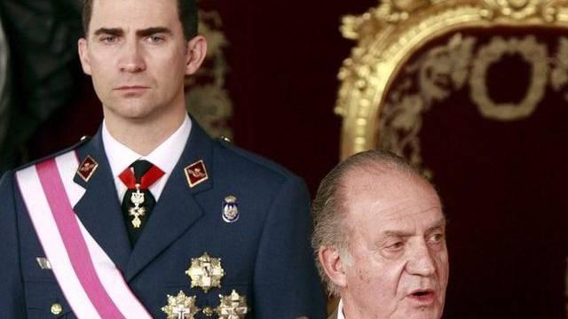 König Juan Carlos (r) und Kronprinz Felipe müssen mit weniger Geld auskommen (Archiv)