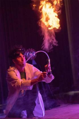 Im weissen Kittel steht Primarlehrer Raphael Oldani als Professor Bummbastic auf der Bühne und zeigt Experimente.
