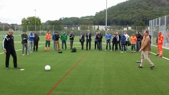 FC-Würenlingen-Präsident Andreas Spuler (links) tritt zum symbolischen Anstoss auf dem Kuhgässli an. afr