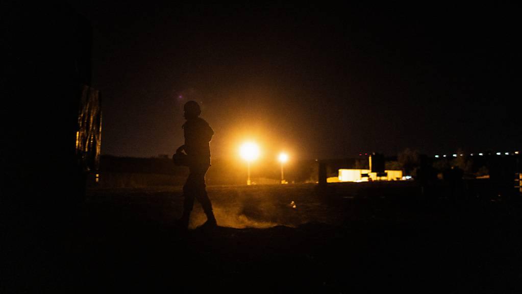 Ein israelischer Soldat bedient eine militärische Batterie von einer Position an der Grenze zwischen Israel und dem Gazastreifen. Foto: Ilia Yefimovich/dpa