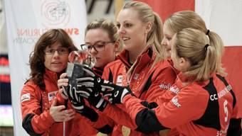 Zusammen mit Coach Mirjam Ott (ganz links) feiern Skip Alina Pätz, Nadine Lehmann, Marisa Winkelhausen und Nicole Schwägli (v.l.) vom Team Baden Regio den Schweizer-Meister-Titel.
