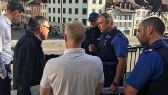 Freitagmorgen auf dem Balkon des Regierungsgebäudes: FCA-Verwaltungsrat Urs Bachmann (2.von links) bespricht mit Polizei und Kanton die mögliche Aufstiegsfeier auf dem Aargauerplatz. ZVG