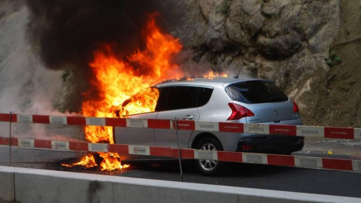 Ein Auto, das vor einem Rotlicht mit ausgeschaltetem Motor wartete, ist in Adligenswil in Brand geraten.