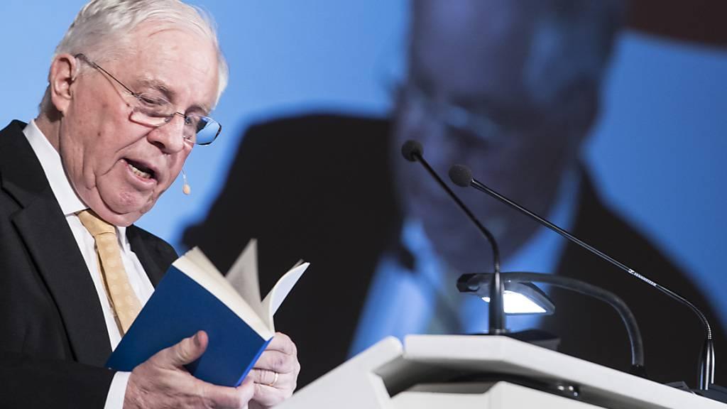 Christoph Blocher als Redner an einer früheren Austragung der Albisgüetli-Tagung. Dieses Jahr musste der alt Bundesrat der SVP aufgrund der Corona-Pandemie auf Publikum vor Ort verzichten. (Archivbild)