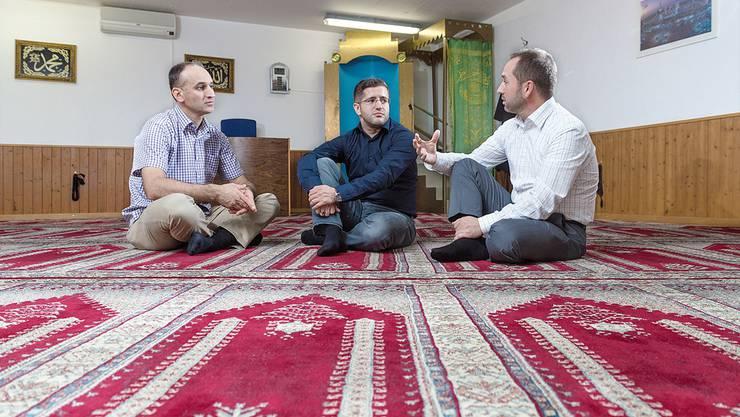 Bari Alija, Mexhit Ademi und Ismail Ademi (von links) von der islamisch-albanischen Gemeinschaft unterhalten sich in der Moschee in Kirchdorf, wie sie Vorurteile der Bevölkerung abbauen können.