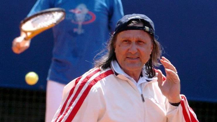 Die rumänische Tennis-Legende Illie Nastase (vorne) hat es fertiggebracht, sich innert weniger Stunden wegen Verkehrsdelikten gleich zwei Strafverfahren einzuhandeln. (Archivbild)