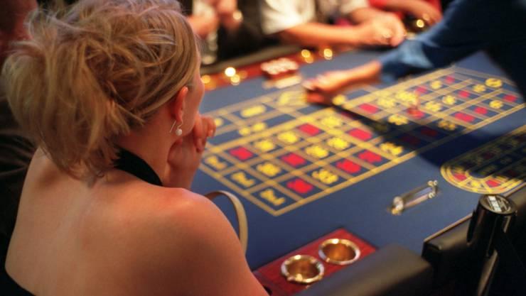 Glücksspiele können Glück auslösen, aber auch süchtig machen - insbesondere auch bei Online-Geldspielen. 16 Deutschschweizer Kantone lancieren nun eine digitale Sensibilisierungskampagne. (Symbolbild)