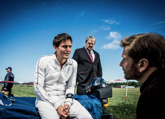 Tatort Flugplatz: v.l. Brencis Udris alsFallschirminstruktor Frank, Mike Müller als Luc Conrad), Samuel Streiff als Reto Doerig).