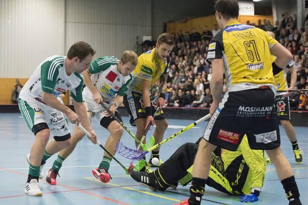 Tigers Jens Frejd, Goalie Philipp Gerber und Sacha Truesel (r.) im Kampf um den Ball gegen Wiler Christoph Hofbauer (l.) und Isaac Rosen (M.)