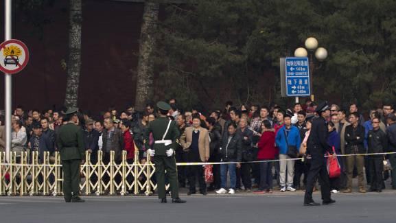 Der Autounfall auf dem Tiananmen-Platz zieht viele Schaulustige an