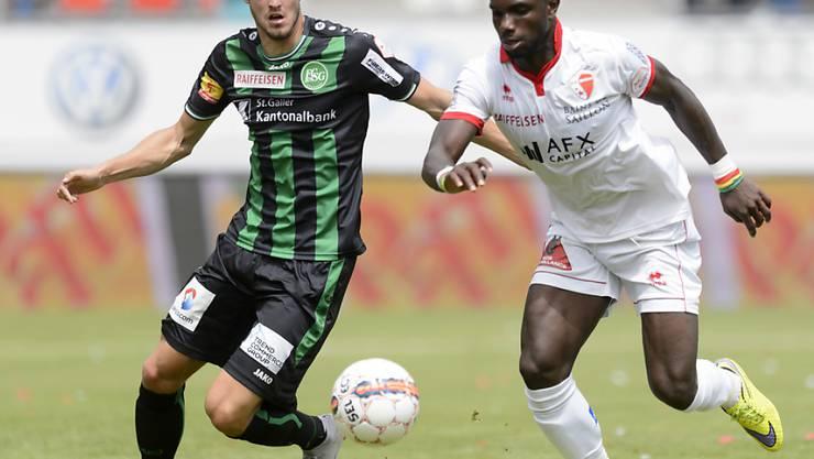 St. Gallens Roy Gelmi versucht Sions Angreifer Moussa Konaté zu bändigen