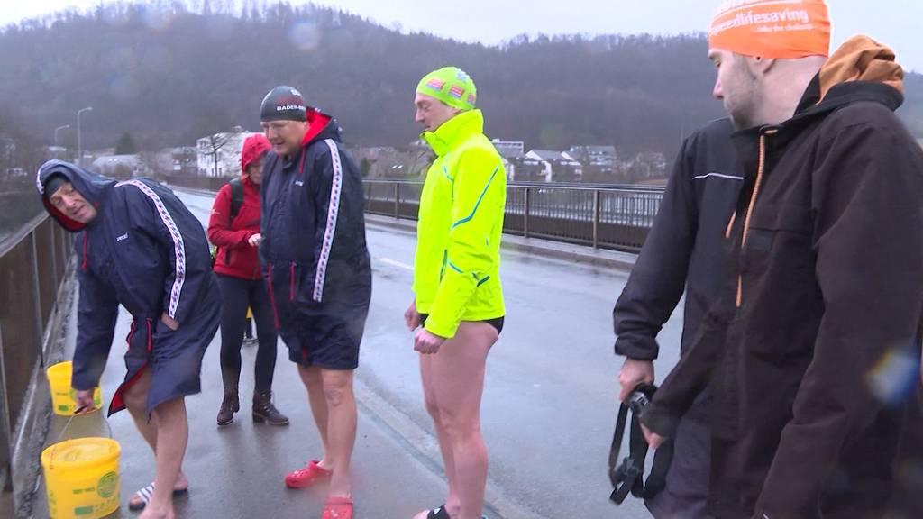 Rettungsschwimmer springen in Schinznach in 7 Grad kalte Aare