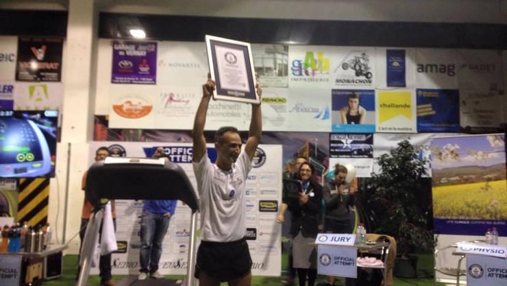 Eusebio Bochons nach seinem Weltrekord auf dem Laufband