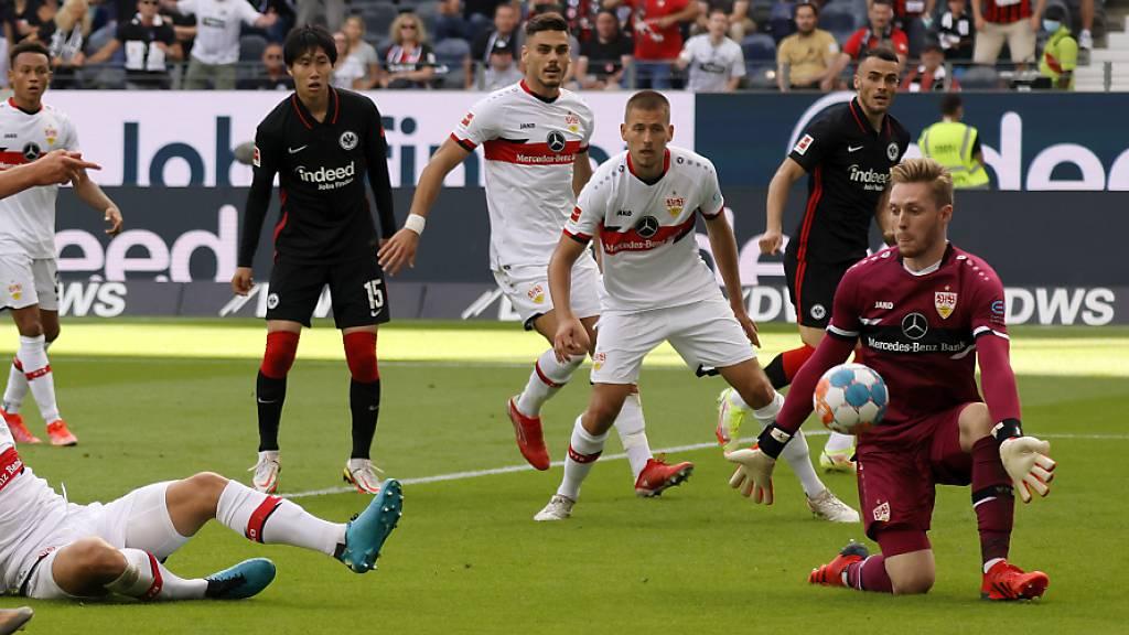 Stuttgarts Goalie Florian Müller ist in Frankfurt reichlich beschäftigt