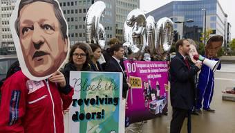 Aktivisten protestieren vor dem Sitz der EU-Kommission in Brüssel gegen den Wechsel des früheren EU-Kommissionspräsidenten José Manuel Barroso zur Investmentbank Goldman Sachs. Zehntausende unterzeichneten entsprechende Petitionen.