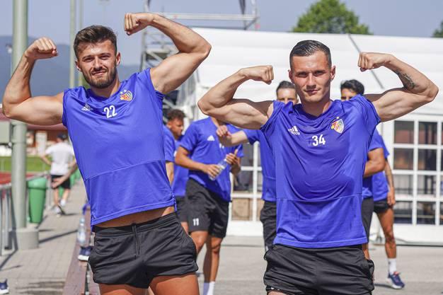 Jungs bleiben Jungs: Am Morgen nach einem intensiven Training zeigen Albian Ajeti und Taulant Xhaka ihre Muckis.