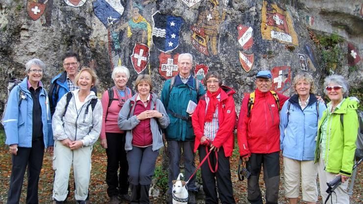 Am Eingang zum Kaltbrunnental bunte Wappen aus der Grenzbesetzung des 1. und 2. Weltkrieges