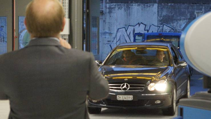 Das erste Auto fährt ein - TCS-Zürich-Geschäftsführer Reto Cavegn empfängt es
