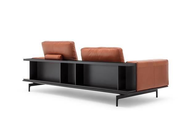 2 in 1: Der Designer Rolf Benz hat in sein Sofasystem Liv gleich noch ein Regal eingebaut.