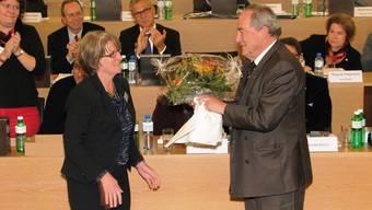 Synodepräsidentin Silvia Kistler verabschiedet den Vizepräsidenten des Kirchenrats, Urs Karlen, nach 11 Jahren Exekutivtätigkeit.