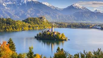 Im Bleder See liegt die einzige Insel Sloweniens. Wer in deren Kapelle die Glocke läutet, dem soll ein Wunsch in Erfüllung gehen. Bild: Shutterstock