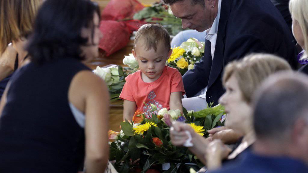 Angehörige von Opfern des Erdbebens trauern in der grossen Sporthalle von Ascoli Piceno um ihre Lieben. Insgesamt sind bei der verheerenden Naturkatastrophe nach Angaben des Zivilschutzes mindestens 290 Menschen getötet worden.