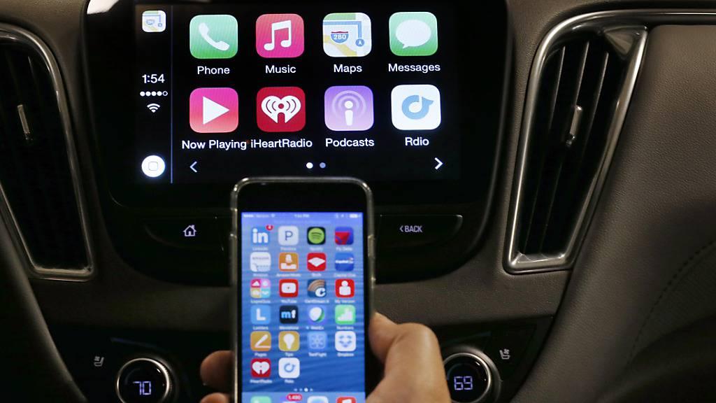 Der US-Technologiekonzern Apple engagiert einen ehemaligen BMW-Manager. Damit unterstreicht der Konzern seine Ambitionen bei der Entwicklung von selbstfahrenden Autos. (Symbolbild)