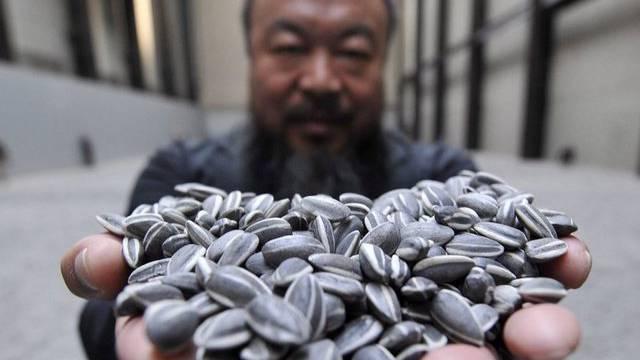 Der chinesische Künstler Ai Weiwei präsentiert eines seiner Werke in London (Archiv)