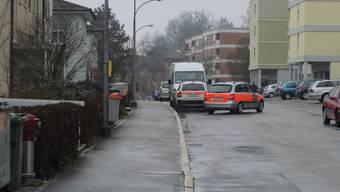 Heute morgen gab es im Lingeriz-Quartier eine Schiesserei. Die Polizei ist immer noch unterwegs, um den Sachverhalt zu klären. Ein mutmasslicher Täter wurde laut Augenzeugen in Handschellen abgeführt. Ort der Aufnahme: Lingerizstrasse, Grenchen