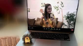 Kristina Müller weiss, wie man am Bildschirm musiziert.