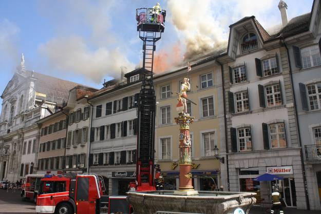Um 14.54 Uhr trifft die Brandmeldung auf der Alarmzentrale ein, acht Minuten später ist die Feuerwehr vor Ort.