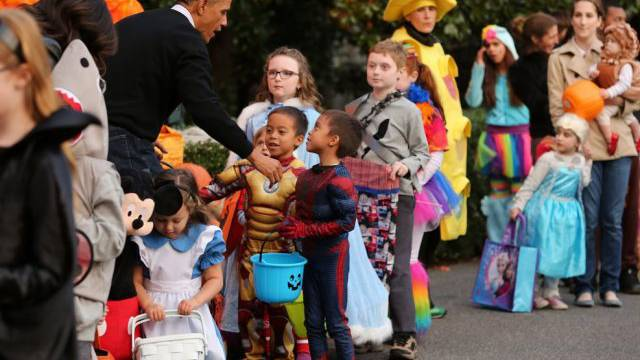 US-Präsident Obama begrüsst verkleidete Gäste beim Weissen Haus
