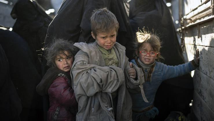 Viele Zivilisten, IS-Kämpfer und deren Angehörige verlassen Baghus.