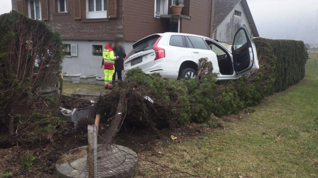 Auto landet in Altdorf auf einer Hecke